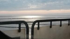 Blick aus dem Autofenster hinaus (vom Autozug aus) auf das Meer